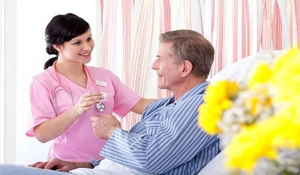 Davanje lekova bolesniku u postelji kod kuće