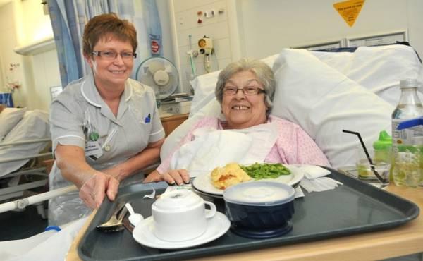 pomaganje bolesniku pri jelu